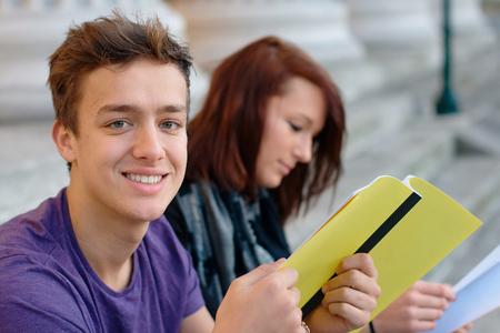 high school students: Estudiante sonriente adolescente al aire libre con una chica