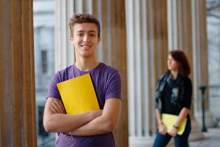 Lachend tiener student buiten met een meisje