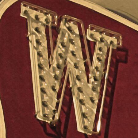Schilderij van de letter W in neon met canvas textuur.