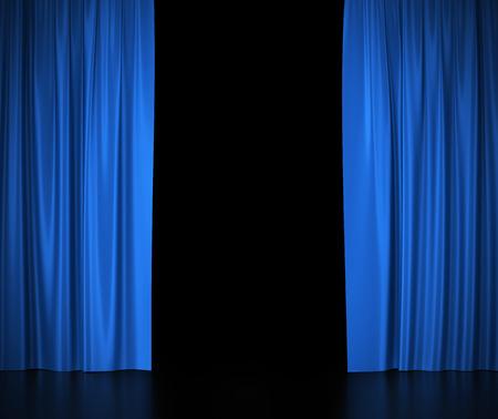 teatro: Abrir las cortinas de seda azules para teatro y cine luz spotlit en el centro