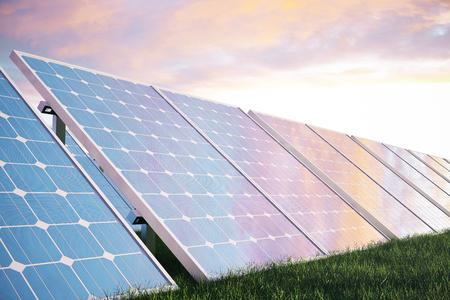 Solarstromerzeugungstechnologie der Illustration 3D. Alternative Energie. Solarbatterie-Plattenmodule mit szenischem Sonnenuntergang mit blauem Himmel mit Sonnenlicht. Standard-Bild - 78143761