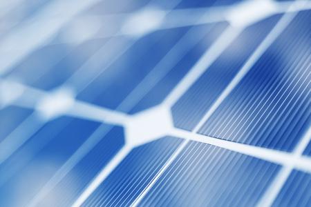 Rendering 3D tecnologia di generazione di energia solare. Energia alternativa. Moduli del pannello della batteria solare con cielo blu.
