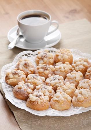 Las cookies se espolvorean con az�car en un plato y una taza de caf� Foto de archivo - 12245492