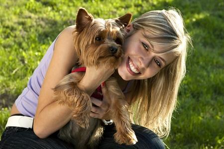 Joven mujer con su perro mascota