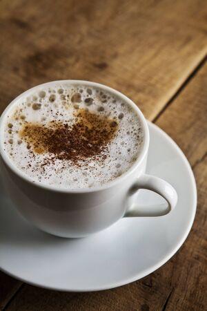 Taza perfecta de caf� negro sobre la mesa