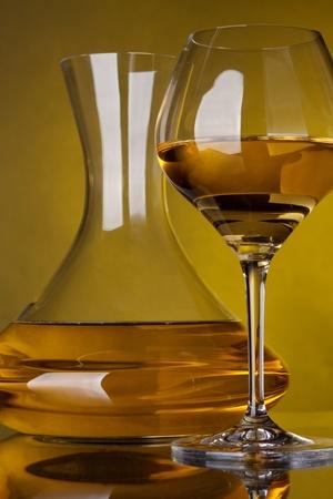 Un vaso lleno de jarras de vino y el vino