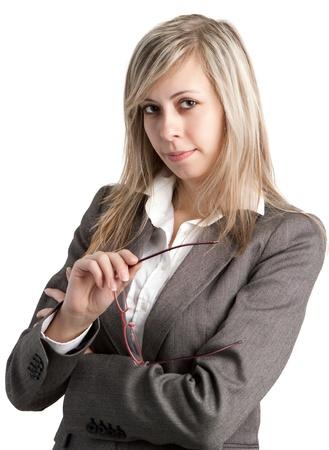 Joven mujer de negocios con gafas en el fondo blanco