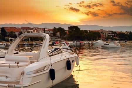 Belle vue sur le port au coucher du soleil Banque d'images