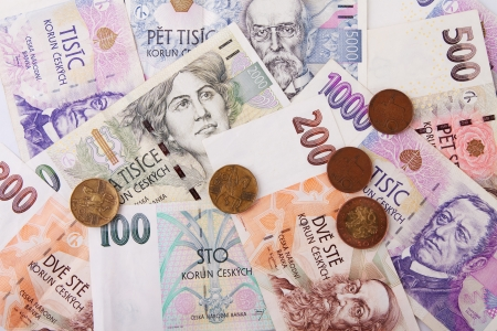 Varios billetes de dinero Checa sobre fondo blanco