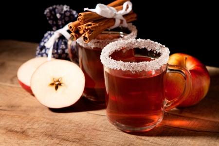 Dos vaso de vino caliente con especias y manzana Foto de archivo