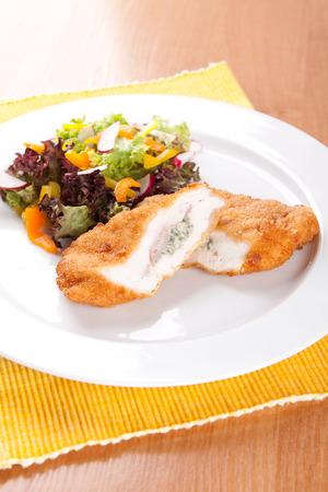 Filete de pollo con queso azul y verduras en la mesa Foto de archivo