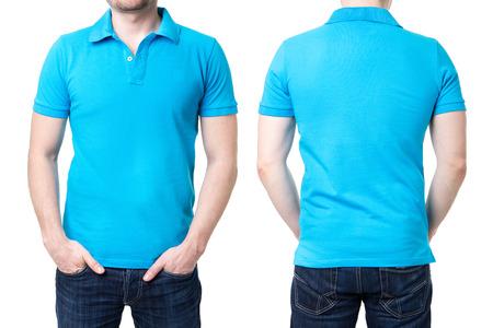 Camisa de polo azul en una plantilla joven en el fondo blanco