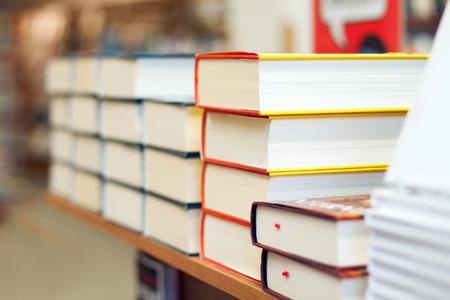 Des piles de livres dans la librairie Banque d'images - 26939869