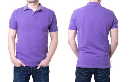Camisa de polo p�rpura en una plantilla joven en el fondo blanco