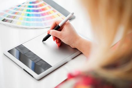 Graphiste � travailler sur une tablette num�rique dans le fond avec pantone palette Banque d'images