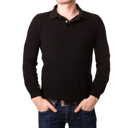 Polo nera con una manica lunga su un giovane uomo su uno sfondo bianco