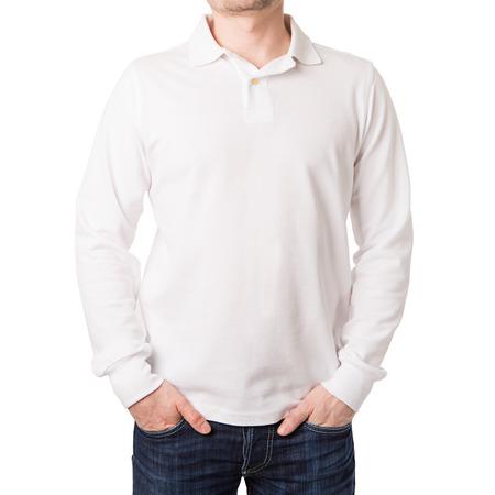 흰색 배경에 젊은 남자 긴 소매 흰색 폴로 셔츠