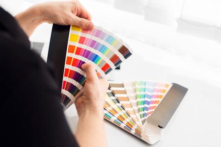 decor graphic: Graphic designer che lavora con palette pantone in studio Archivio Fotografico