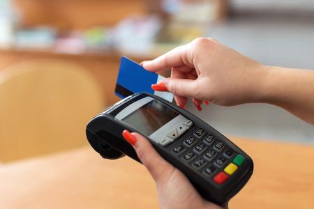 Mujer de pago con tarjeta de cr�dito en la librer�a