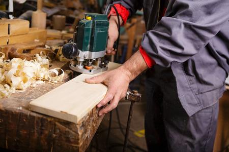 Les mains de charpentier en travaillant avec �lectrique rabot de menuiserie Banque d'images