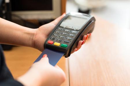 Mujer de pago con tarjeta de crédito en la tienda