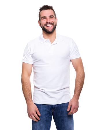 Hombre feliz joven en un polo blanco sobre fondo blanco