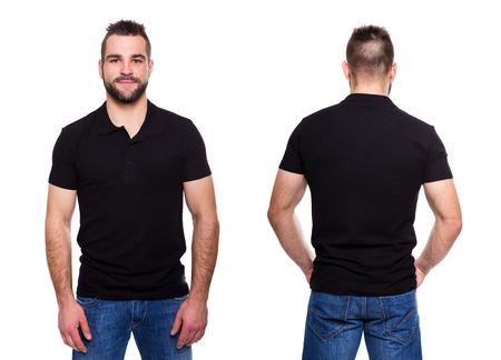 Polo nero con un collare su un giovane uomo su uno sfondo bianco