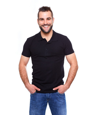 Giovane uomo felice in una polo nera su sfondo bianco