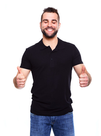 ojos cerrados: Hombre feliz que da con las dos manos los pulgares sube la muestra sobre el retrato en el fondo blanco