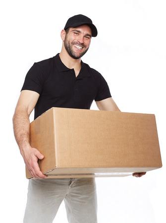 Lachende levering man die kartonnen doos op witte achtergrond