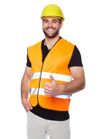 Portret van glimlachende werknemer in een reflecterend vest op een witte achtergrond