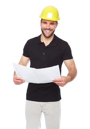 Ingeniero sonriente joven que sostiene una documentación del proyecto, aislado en fondo blanco