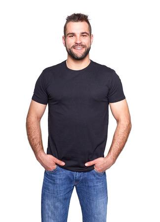Junger stattlicher Mann in einem schwarzen T-Shirt auf weißem Hintergrund