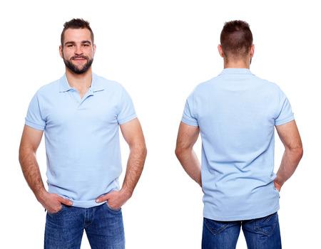白い背景の上の若い男がテンプレートにブルーのポロシャツ
