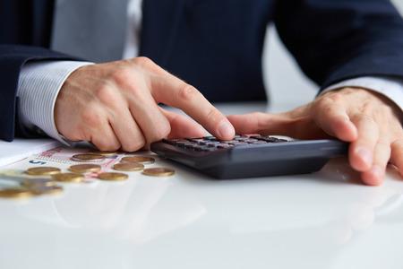 Mãos masculinas com calculadora Imagens