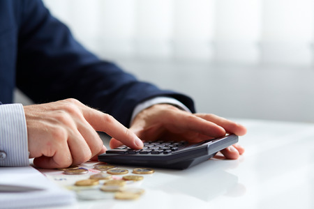 Manos masculinas con la calculadora Foto de archivo