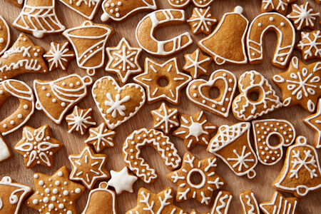 galletas de jengibre: Galletas de Navidad hechas en casa en la mesa de madera