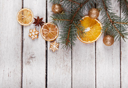 decoracion mesas: Pan de jengibre de Navidad y naranjas secas sobre la mesa, vista desde arriba