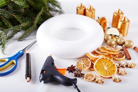 coronas navidenas: Cosas para fabricar coronas de Navidad en el vector blanco