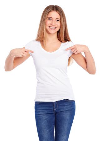 Modèle femme en chemise blanche sur un fond blanc
