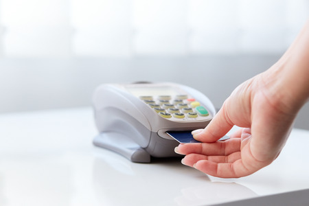 Woman pay by credit card in store Standard-Bild