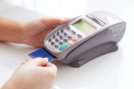 Woman pay by credit card in store Banque d'images
