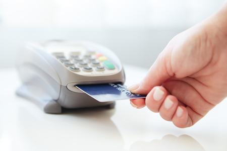 Mulher de pagamento por cartão de crédito na loja