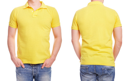 the shirt: Hombre joven con la camisa de polo de color amarillo sobre un fondo blanco Foto de archivo