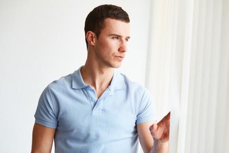 modelos hombres: Hombre hermoso que mira por la ventana en la oficina