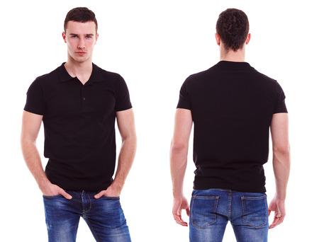 camiseta: Hombre joven con la camisa de polo negro sobre un fondo blanco Foto de archivo