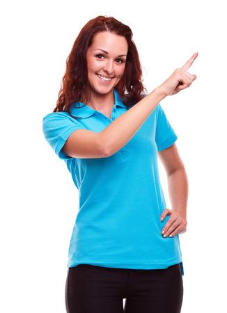 camisa: Mujer joven en camisa de polo que muestra el copyspace vacío