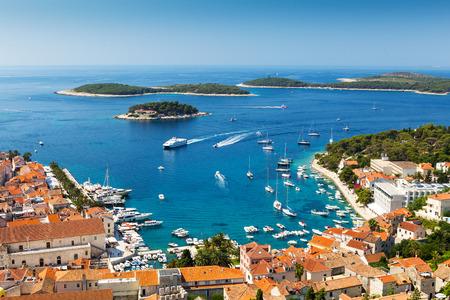 Bela vista do porto na cidade de Hvar, Croácia Imagens