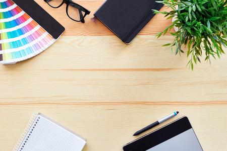 graficos: Vista superior de la mesa de trabajo diseñador gráfico