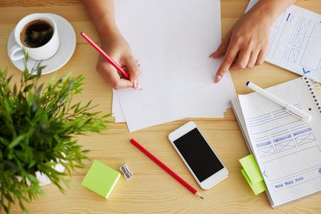 Grafisch ontwerper schetsen webdesign in kantoor Stockfoto